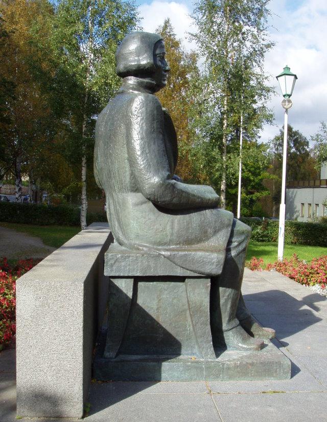 Kuvanveistäjä Mauno Oittisen veistämäLönnrot-monumentti paljastettiin vuonna 1942.