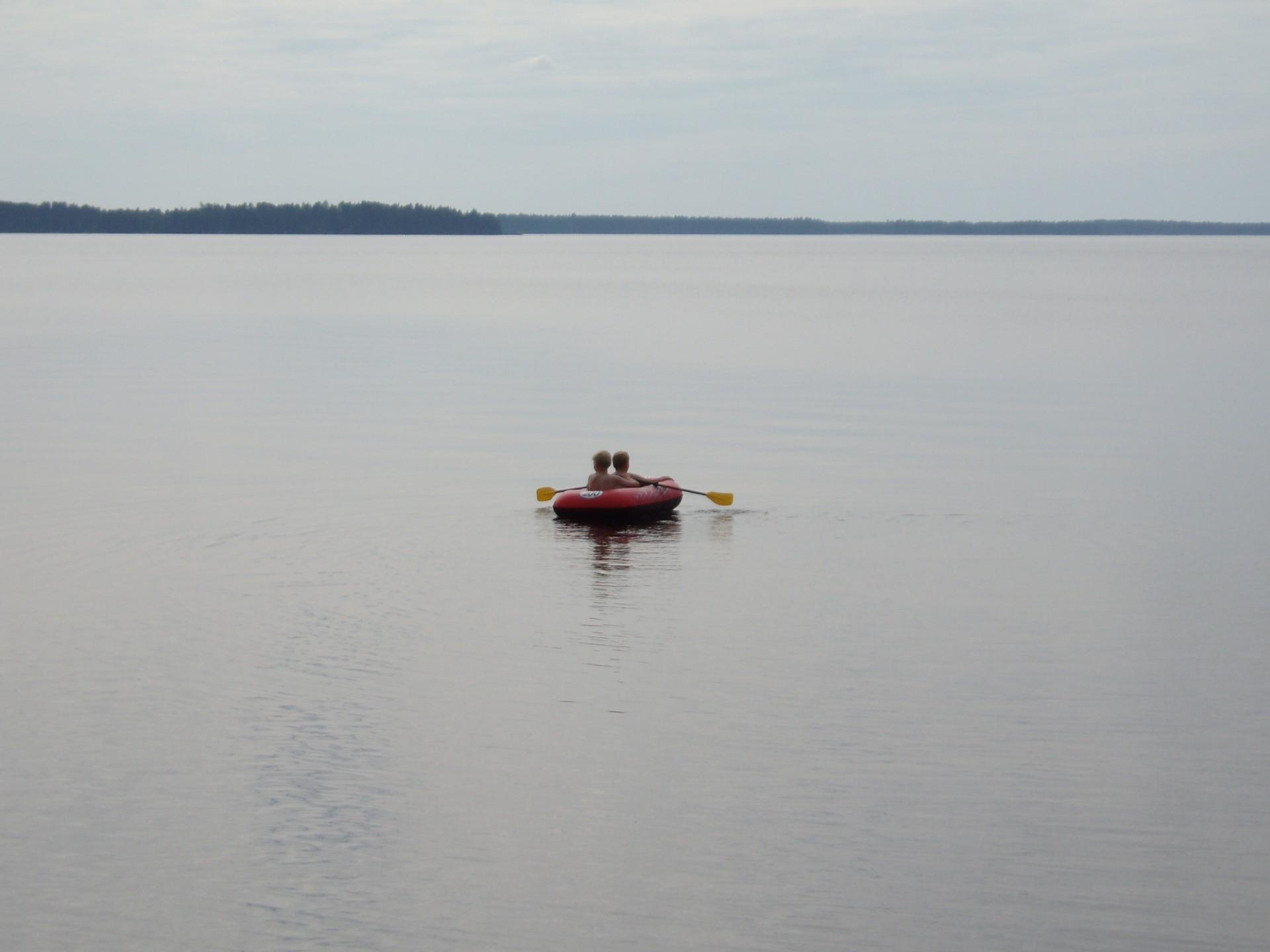 Kumiveneilläkin järvelle uskaltaan lähteä, jos sää on tyyni ja tukivene lähellä.