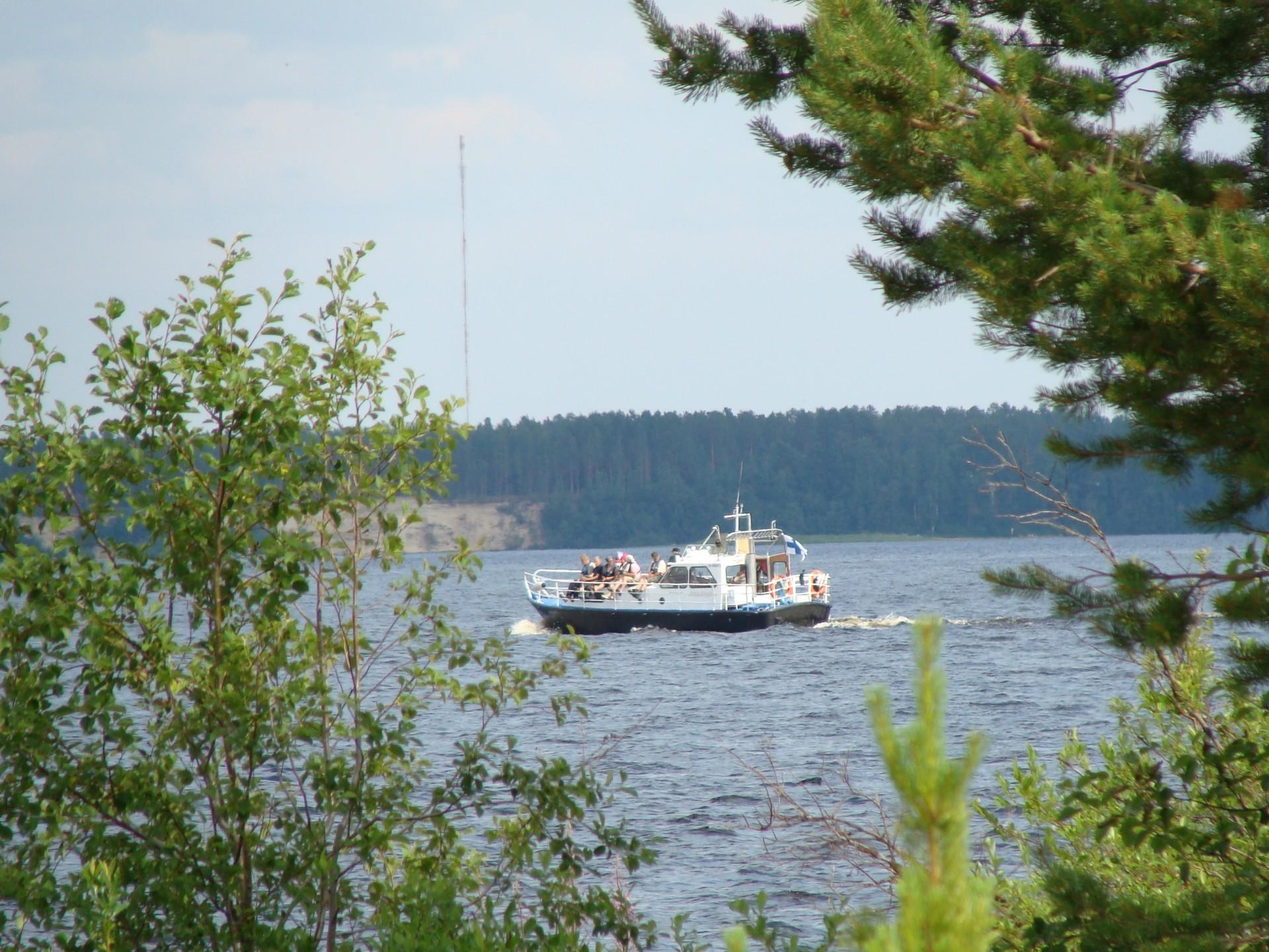 Helteillä järvellä on vilskettä, mutta muulloin Oulujärven aavoilla ei juuri veneitä näy.