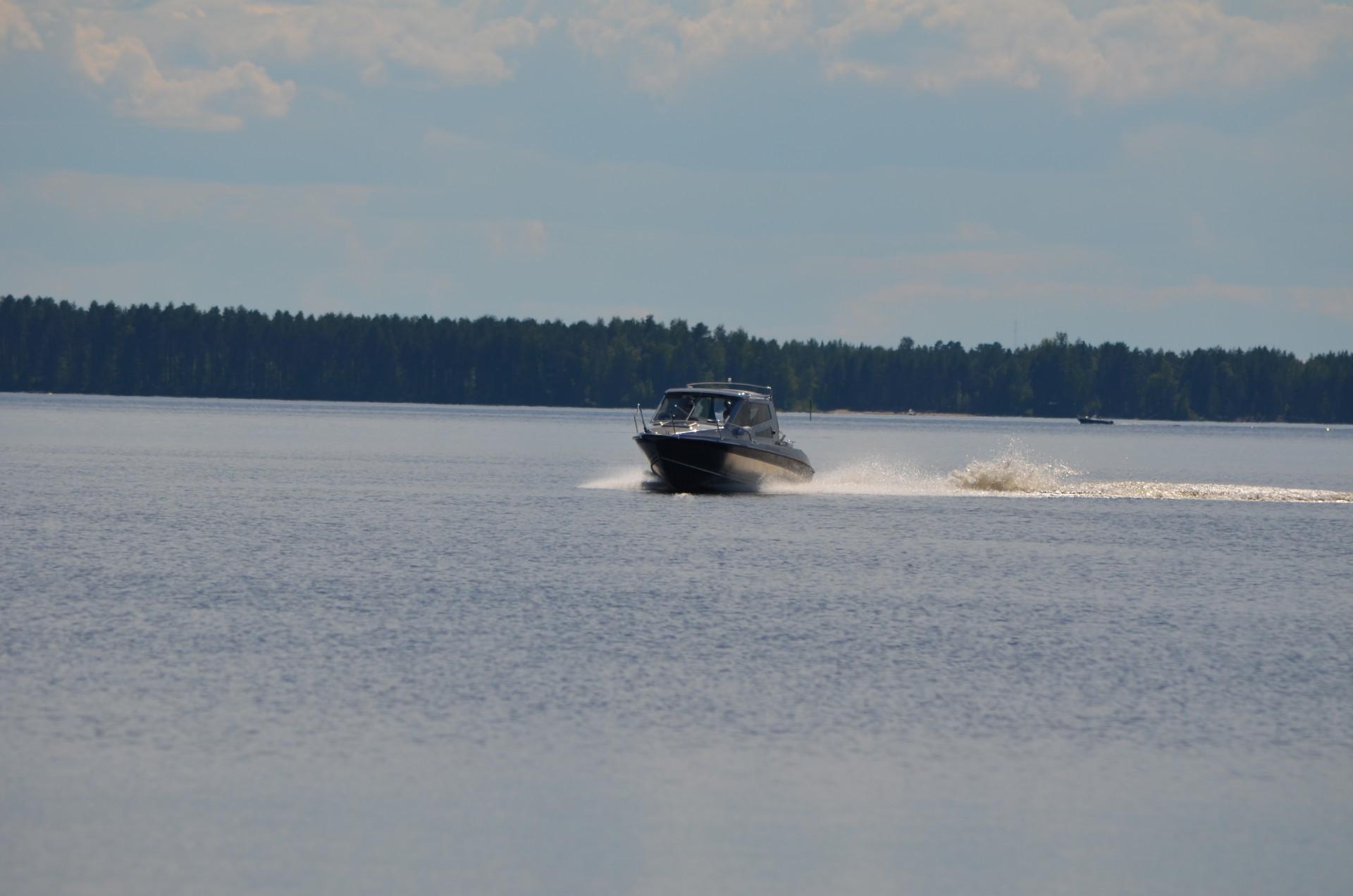 Alumiinirunkoiset monitoimiveneet ovat yleistyneet Oulujärvellä.