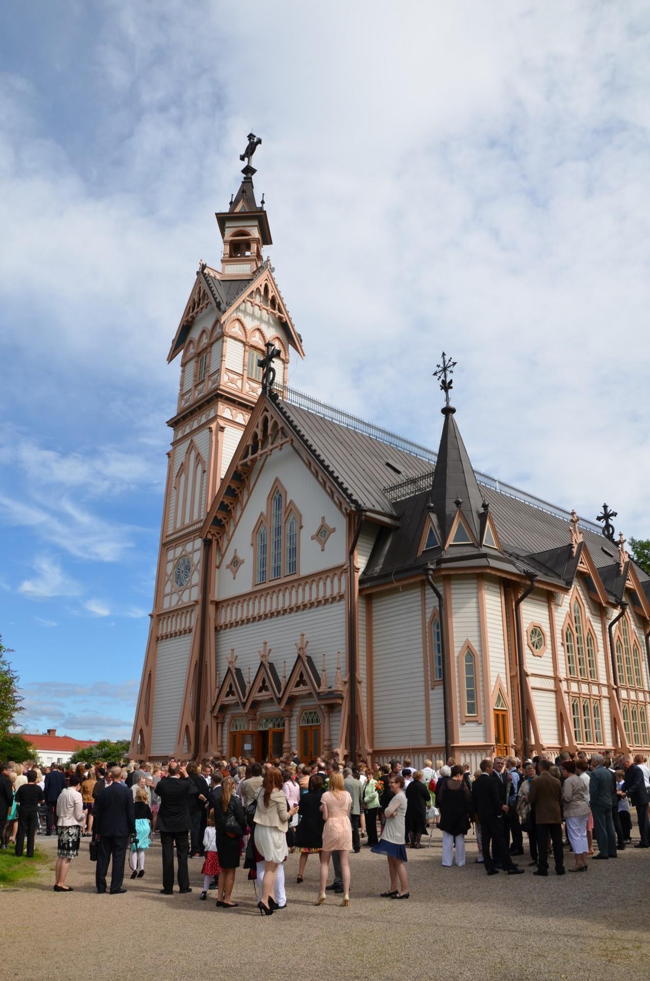 Kajaanin kirkon pihalla on konfirmaation jälkeen runsaasti väkeä.