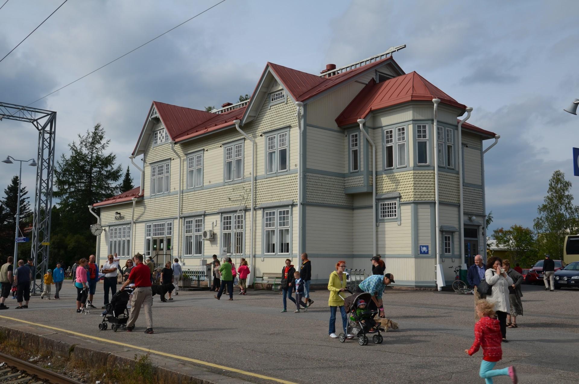 Kajaanin aseman on suunnitellut arkkitehti C. G. Nyström. Asema edustaa tyyppuhdasta nikkariarkkitehtuuria.