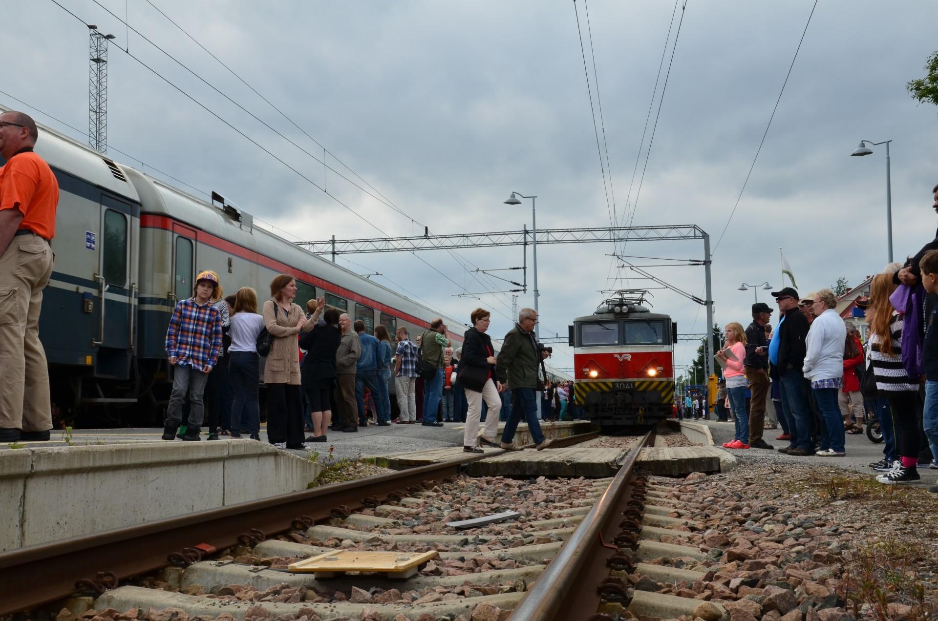 Sähköjuna saapuu Kajaaniin raiteille yksi.