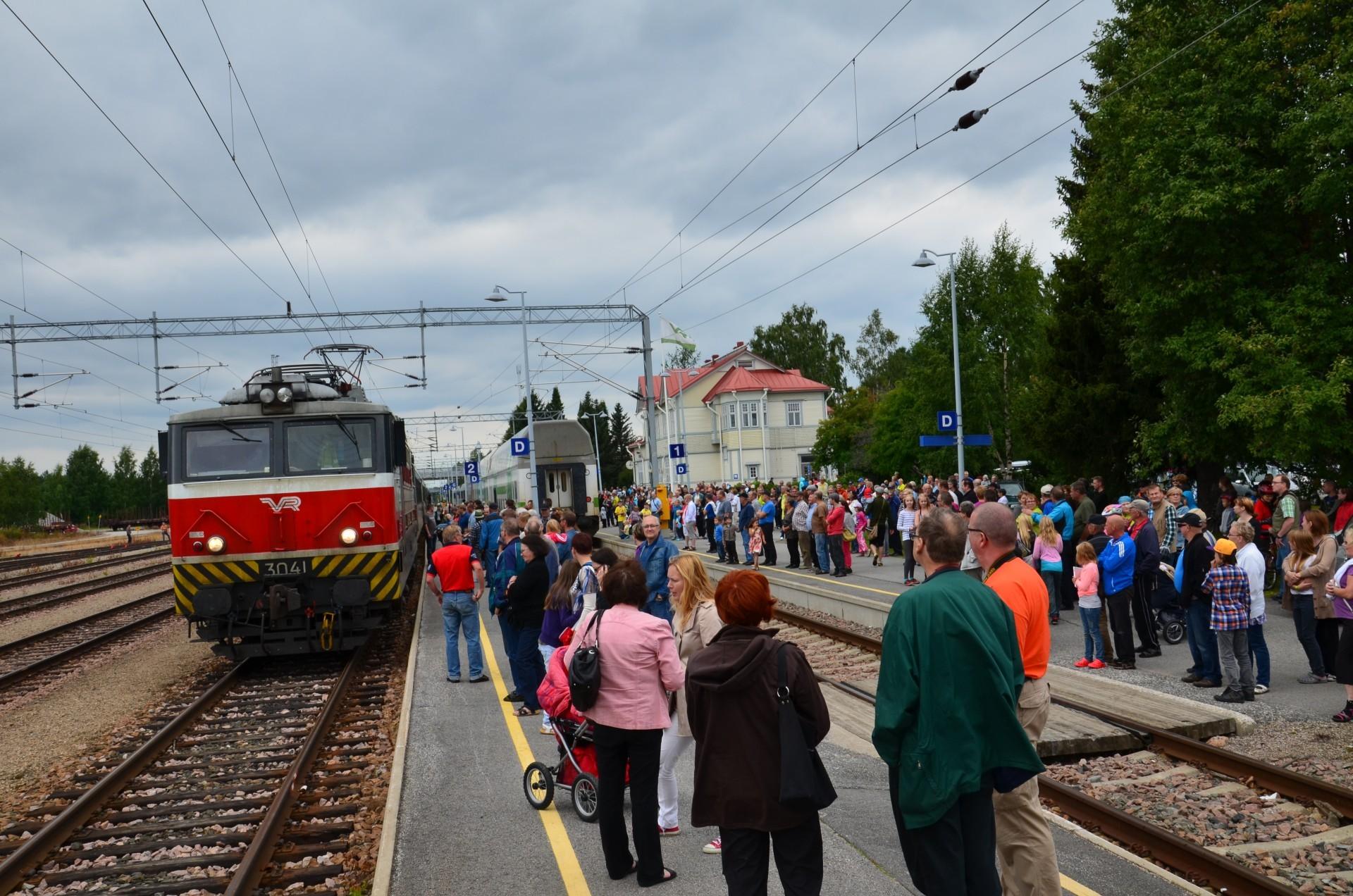 Sähköjunalla teki tiukkaa mahtua väkijoukon sekaan.