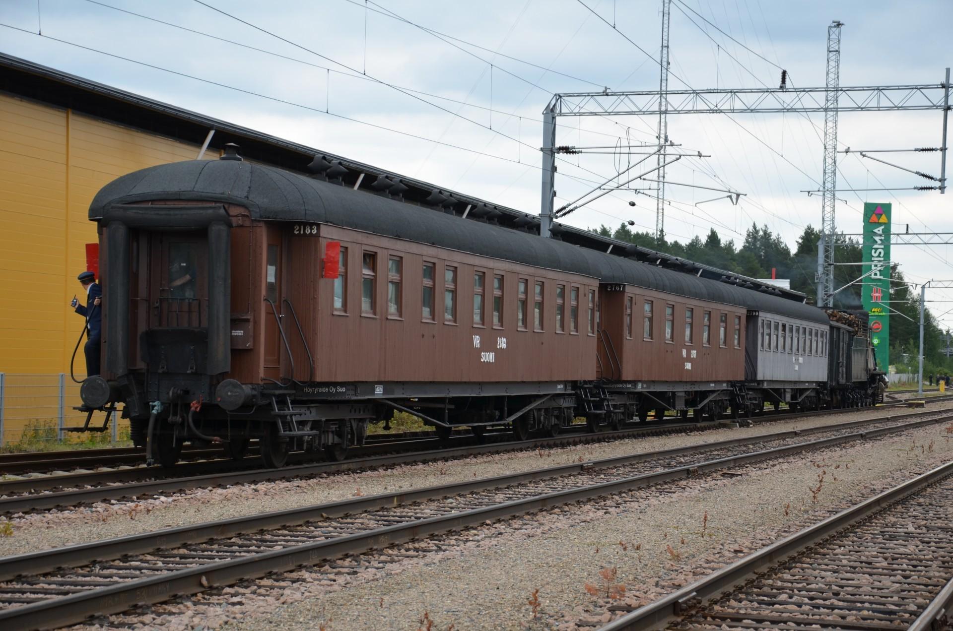 Viimein höyryjuna puuskutti vaunuineen kohti Kontiomäkeä.