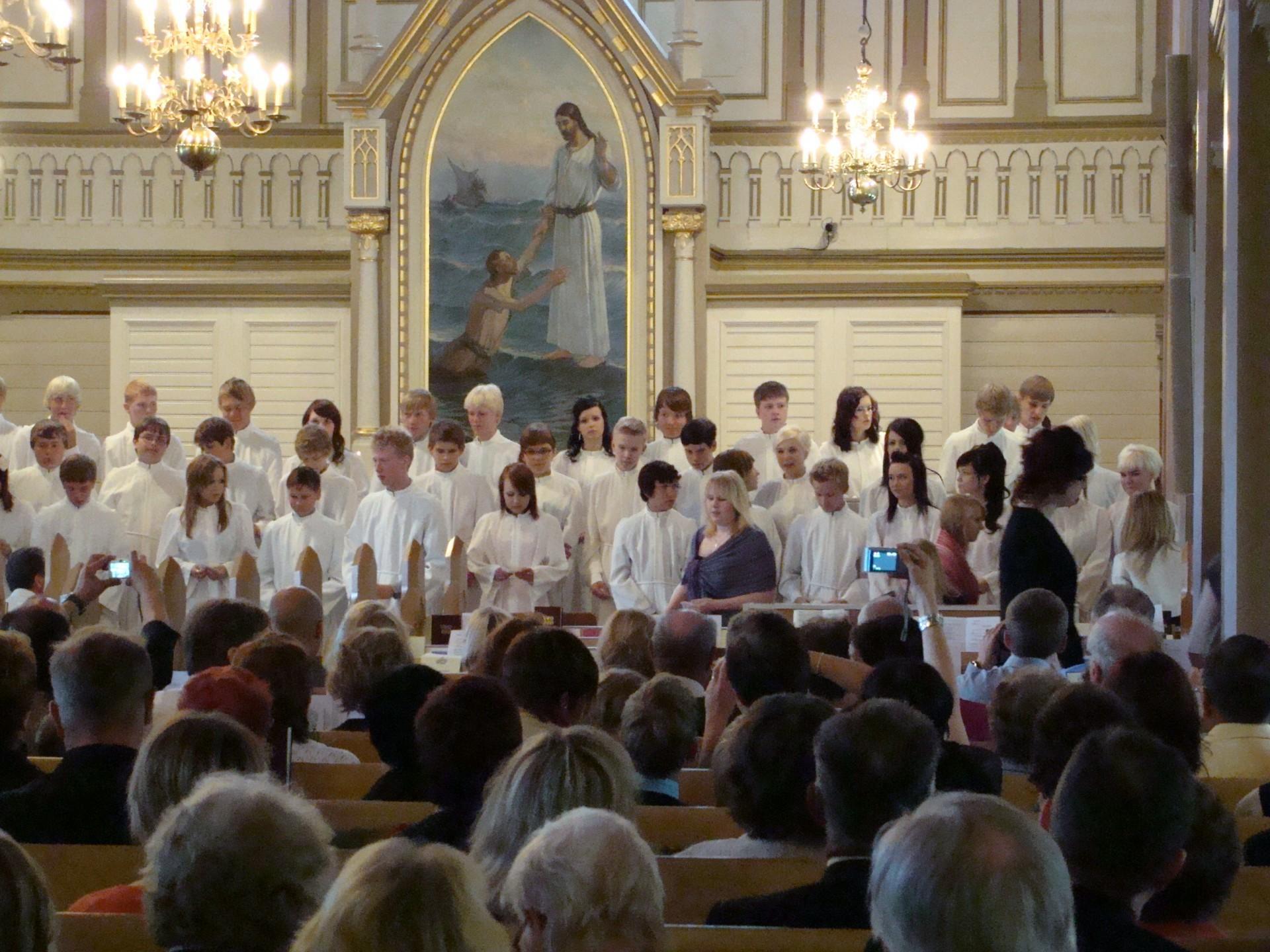 Konfirmaatio Kajaanin kirkossa heinäkuussa 2010. Taustalla T. G. Tuhkasen maalaama alttaritaulu.
