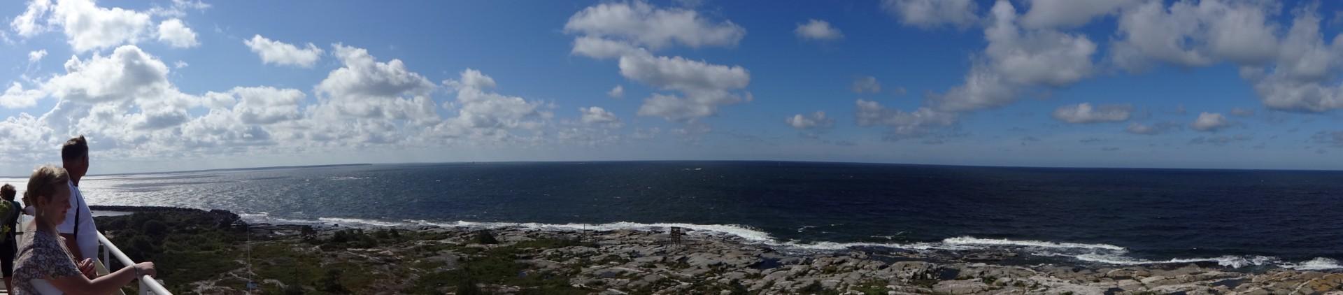 Matkailijoita Kylmäpihlajan majakan huipulla merimaisemaa ihailemassa