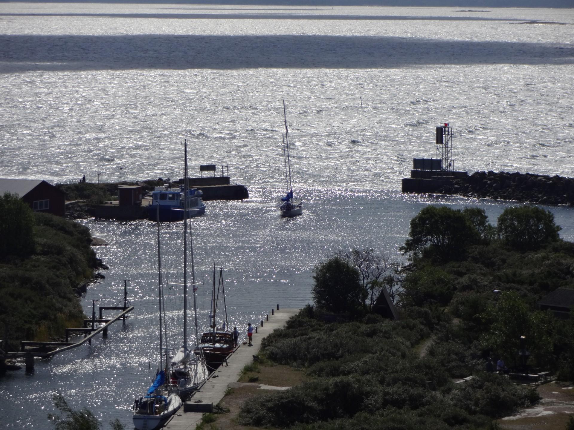 Kylmäpihlajan satama tarjoaa hyvän suojan, kun avomerellä myrskyää.