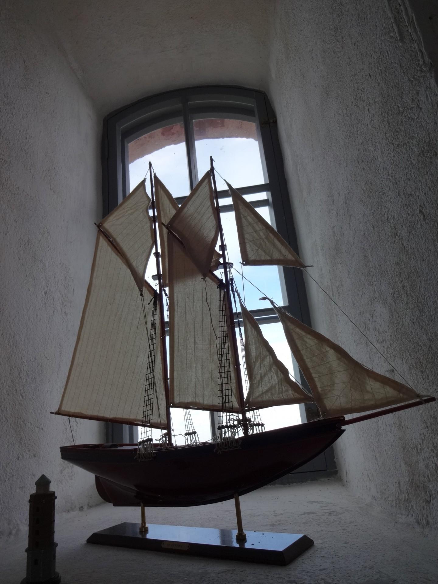 Purjealuksen pienoismalli Söderskärin majakan uusgoottilaisessa ikkunasyvennyksessä