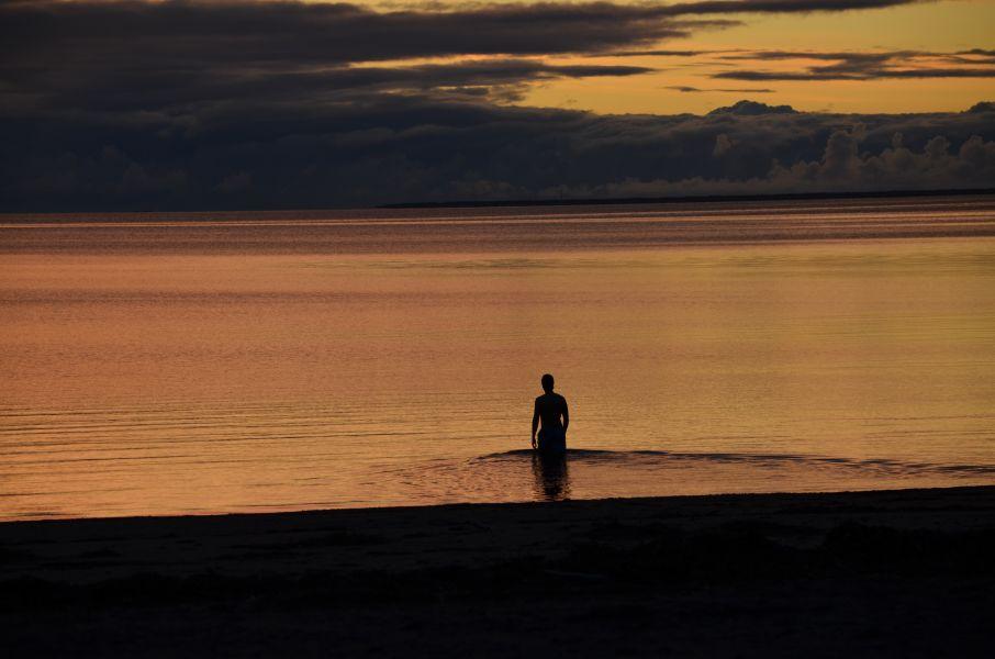 Rohkea uimari Nallikarin rannalla marraskuussa 2012