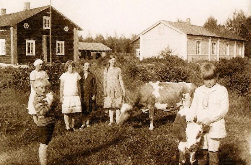 Lapsia Hövelön tanhuvilla 1930-luvulla. Kuva: KOKYn kokoelma