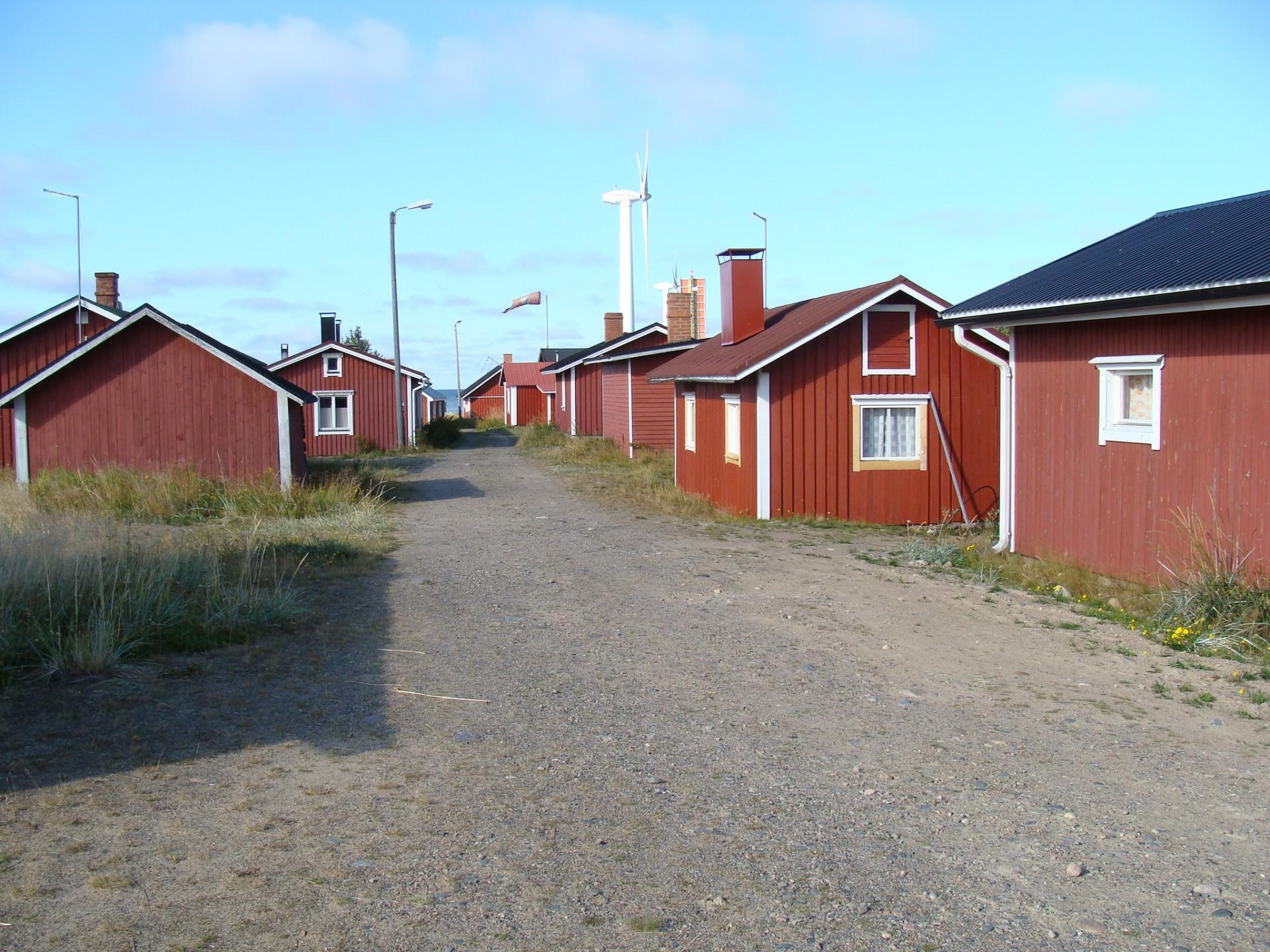 Marjaniemen majakan kupeelle kohosi pieni kalastajakylä, jonka rakennuksia on viime vuosina kunnostettu.