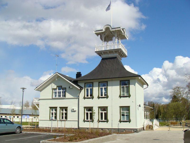 Oululainen kauppaneuvos Johan Wilhelm Snellman rakennutti kauniin pitsihuvilan 1859 Toppilansaareen. Rakennus sai nimen Hannala Snellmanin tyttären mukaan. Oulun Aikuiskoulutuskeskus kunnosti rakennuksen 2004 - 2008, minkä jälkeen siinä avattiin kesäkahvila ja tilausravintola.
