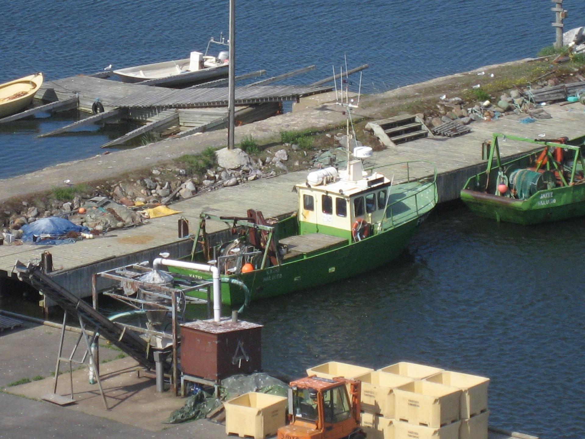 Marjaniemen satamassa keikkuu kalastusaluksia.