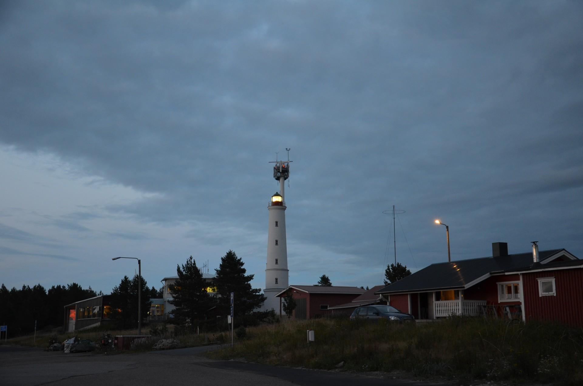 Marjaniemen majakan valo työntyy pimenevälle merelle vielä tänäänkin.