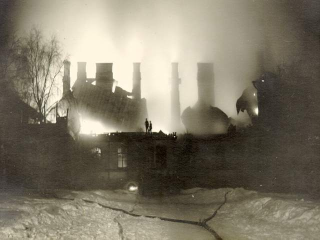Vuoden 1929 tulipalo, joka tuhosi päärakennuksen.
