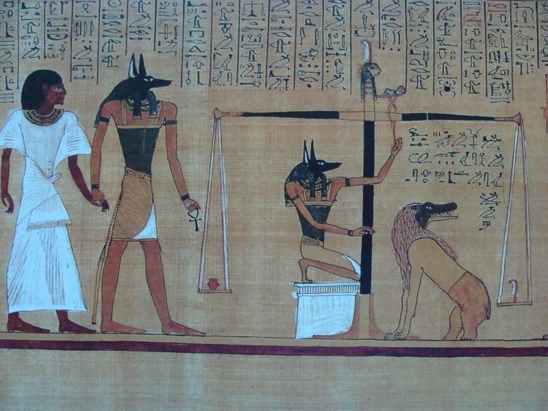 Shakaalipäinen  Anubis-jumala taluttaa kuollutta miestä jumalallisen oikeuden eteen. Siinä hänen sydämensä punnitaan. Toisessa vaakakupissa on totuuden  sulka ja toisessa sydän.  Jos vaakakupit ovat tasan,  mies on elänyt oikein ja selviää  kuoleman valtakunnan herran Osiriksen kuulustelusta.