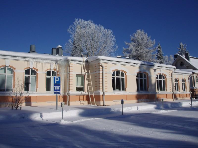Entinen Kajaanin seminaarin harjoituskoulu, joka tuhoutui talvisodan pommituksessa 6.2.1941.  Sodan jälkeen rakennus korjattiin yksikerroksiseksi.