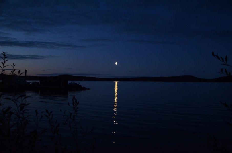 Kuu kohoaa Ukonselän ylle.