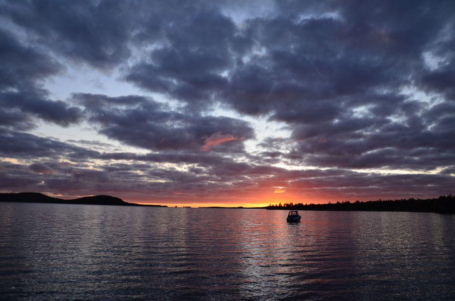 Laskeva aurinko purppuroi Ukonselkää syksyllä 2011.