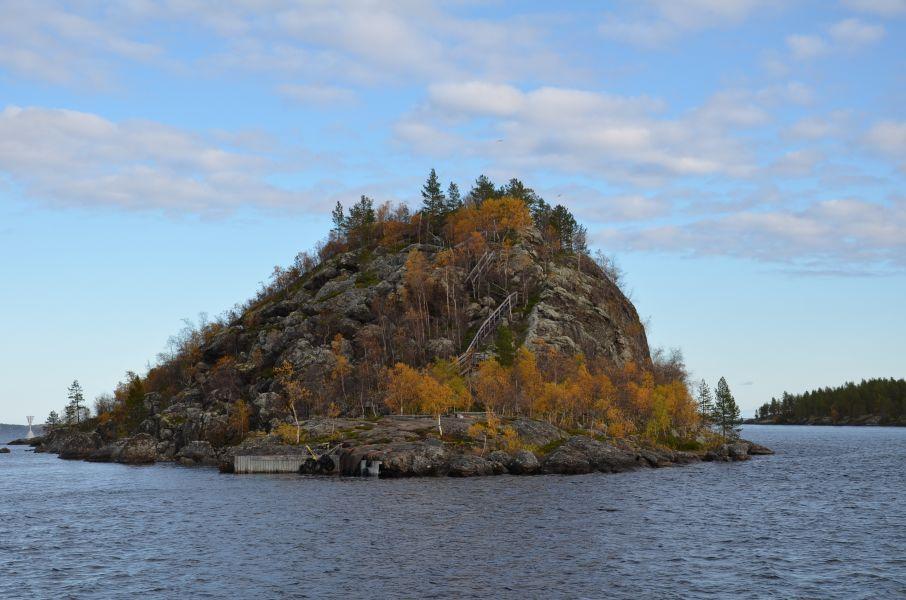 Inarijärven uhkea Ukonkivi, saamelaisten pyhä paikka