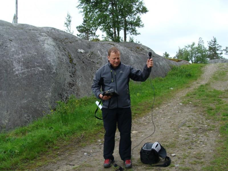 Kainuun Radion toimittaja Harri Nousiainen selvittelee nauhurin piuhoja kesäkuussa 2011 Vuokatin huipuilla.