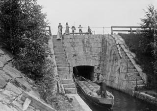 I. K. Inhan ottama kuva Ämmäkosken tervakanavasta 1898