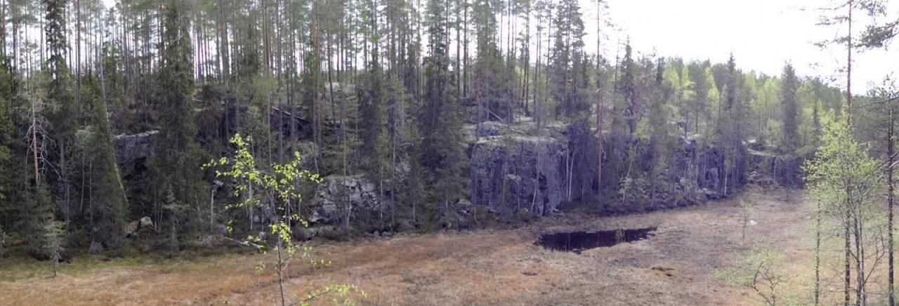 Sotkamon Hiidenlinna syntyi rajuissa maanjäristyksissä noin 2,1, miljardia vuotta sitten. Näin Suomessakin maa on jämäkästi järissyt. Tosin Fennoskandian laatta oli tuollon jossain Etelä-Atlantilla, josta se on aikojen saatossa liukunut kohti pohjoista.