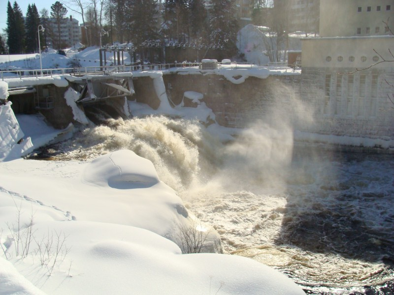 Huhtikuussa ylävesien lumet jo sulavat ja Ämmäkoskikin saa uutta puhtia.