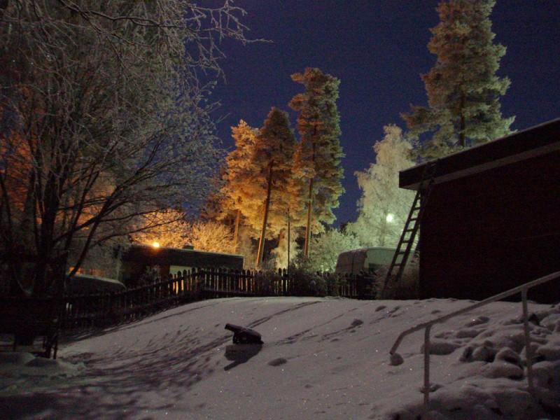 Joulukuussa talvi vankistaa jo otettaan ja nietokset peittävät pihamaat.