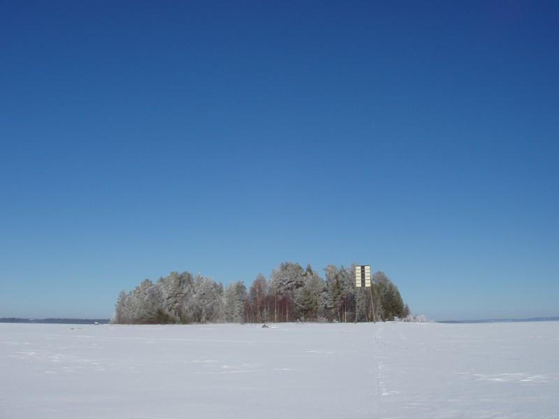Riuttasaari siintää Paltaselällä maaliskuun auringonpaisteessa 2004.