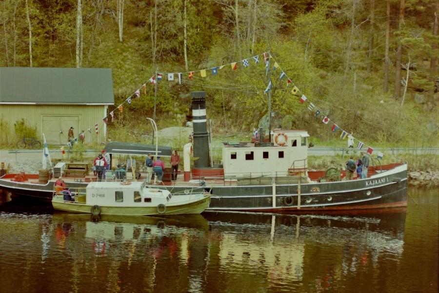 Kajaani I Kalkkisillan laiturissa kesällä 1999 Sen kupeella on moottorivene Joonas.