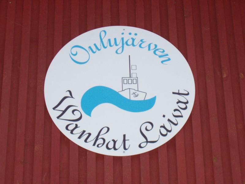 Oulujärven vanhojen laivojen kotisatama on nykyisin Auralassa, jossa wanhat leidit viettävät talvet odottaen vapaita vesiä. Kuvassa laivasataman nykyinen kyltti Auralassa.